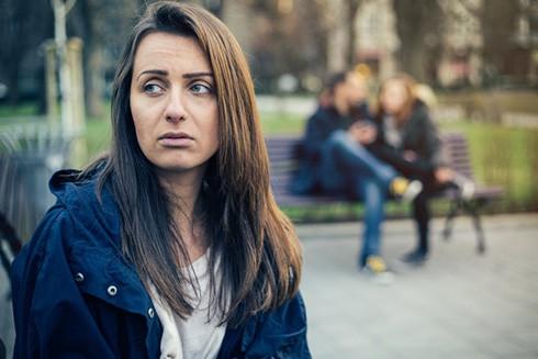 la tristeza y la ansiedad que provocan las sospechas son una razon para localizar el móvil de la pareja